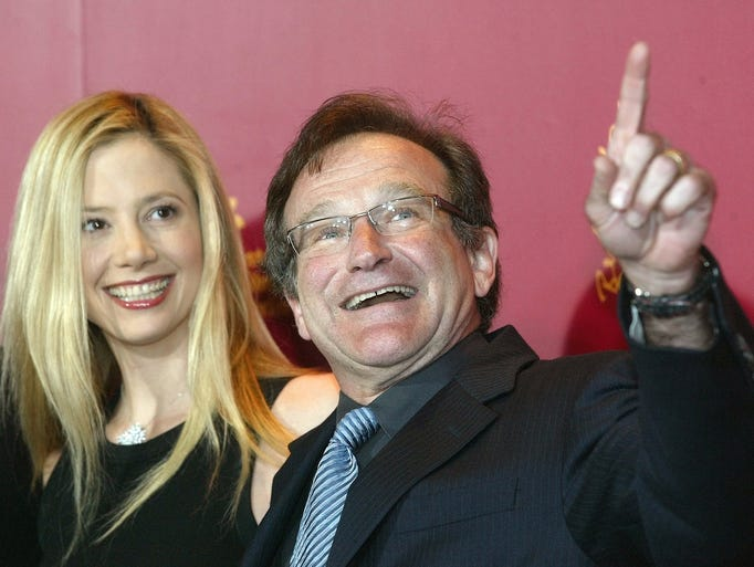 "U.S. actor Robin Williams, right, and actress Mira Sorvino, left, pose during a photocall prior to a press conference about their film ""The Final Cut"" at the 54th Berlinale international film festival in Berlin, on Wednesday, Feb. 11, 2004. (AP Photo/Roberto Pfeil)"