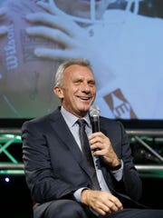 Joe Montana thrilled a crowd of nearly 1,000 at the