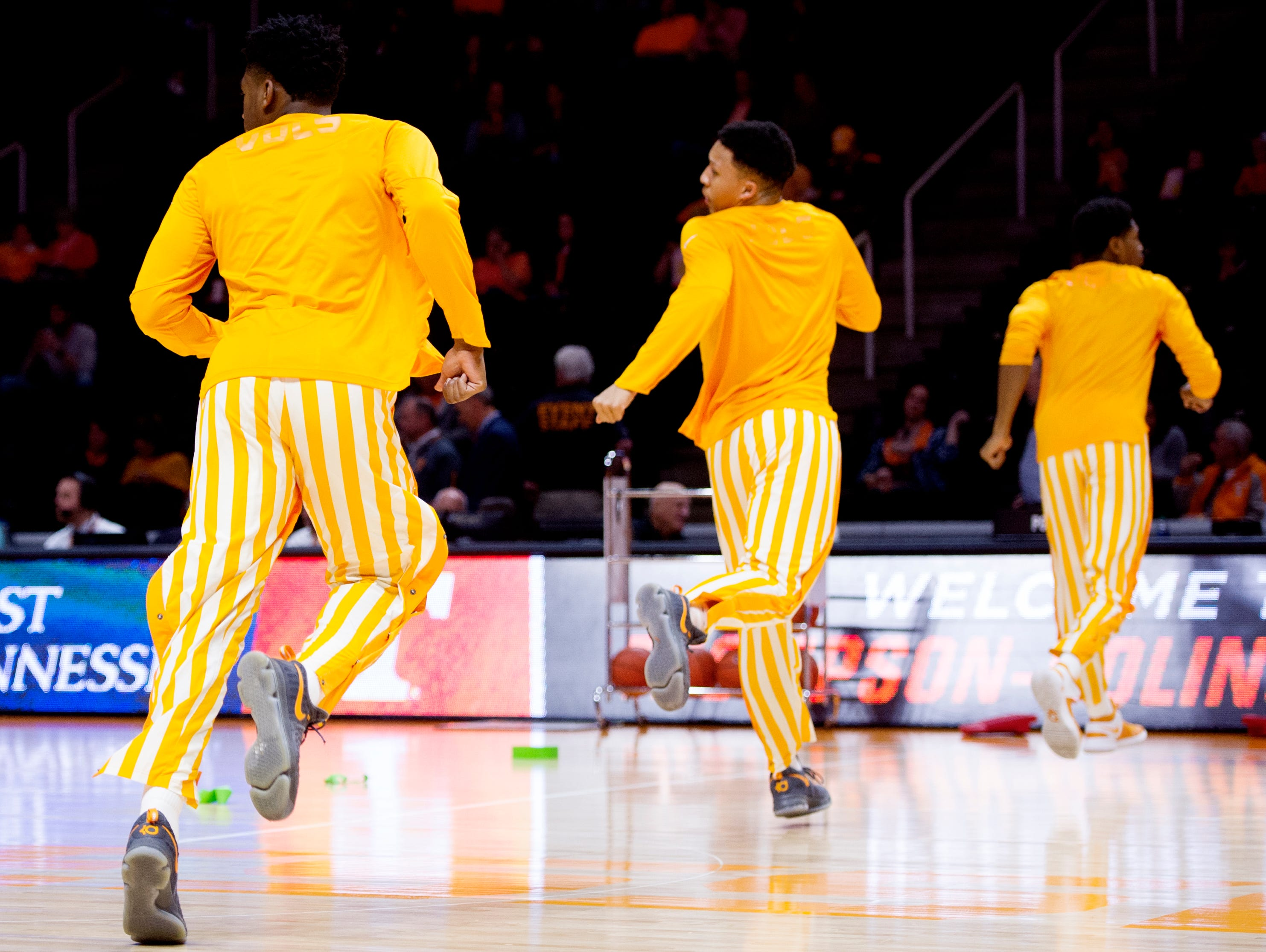Tennessee men's basketball team stretches with style | USA ...