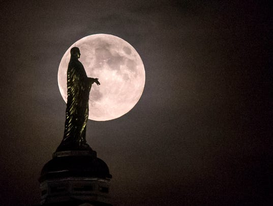 AP NOTRE DAME FULL MOON A FEA USA IN