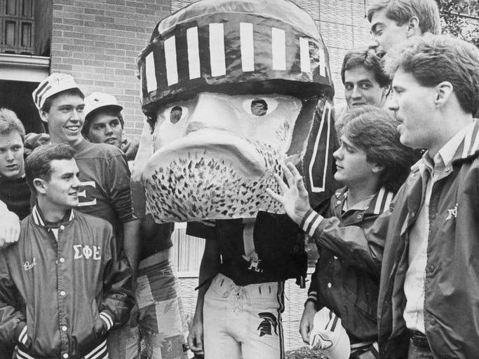 MSU students gather around their mascot, Sparty.