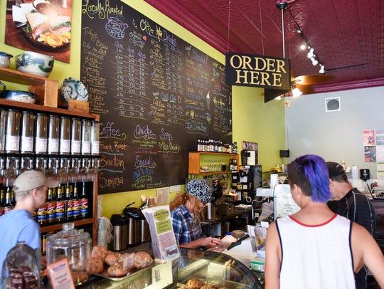 Kunden ordnen an, um ihre Bestellung bei der Local Blend in St. Joseph in diesem 2016 Times Foto zu platzieren.