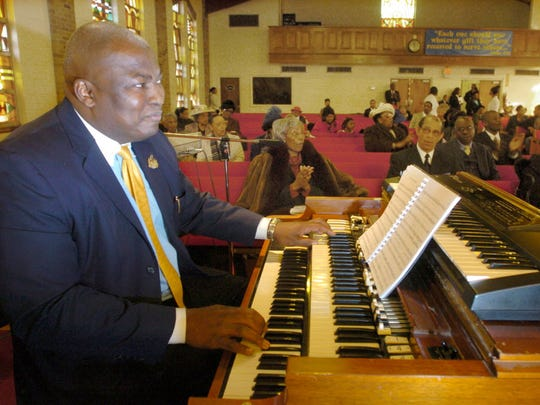 Johnny Lee Davis, here in 2007, playing the organ at Ebenezer Baptist Church in Englewood.