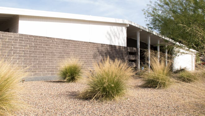 When Emily and Roger Miret first saw their house, it was nearly hidden behind unkempt shrubbery and beige paint, but they recognized it as a mid-century modern design from architect Charles Schreiber. The Mirets looked at 500 houses before they found this one, hoping that they would eventually find the one they wanted.