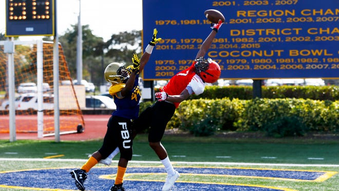 Broward County Jaylin Collins catches a pass for a touchdown against Illinois during the 8th grade quarterfinal game of the Football University (FBU) National Championships at Naples High School on Saturday, Dec. 17, 2016. Broward County won with a final score of 51-0.