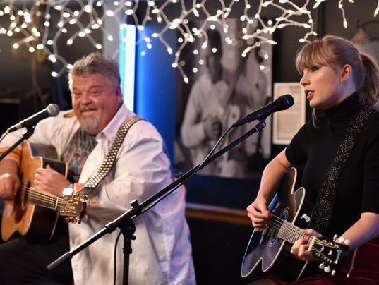 XXX SD CRAIG WISEMAN AND SPECIAL GUEST TAYLOR SWIFT AT BLUEBIRD CAFE_99703282_2512 .JPG E ENT ACE USA TN