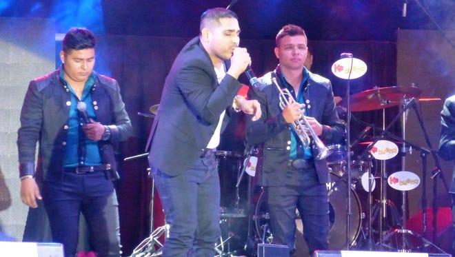 "Espinoza Paz dio el ""Juangabrielazo"" en el Azteca, pero ¡siguió cantando!, ya después se sobó."