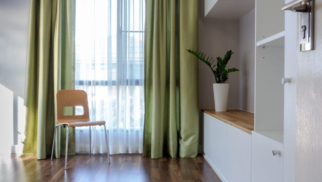The lining of the curtain should be the same kind of fiber and weight as the face fabric.
