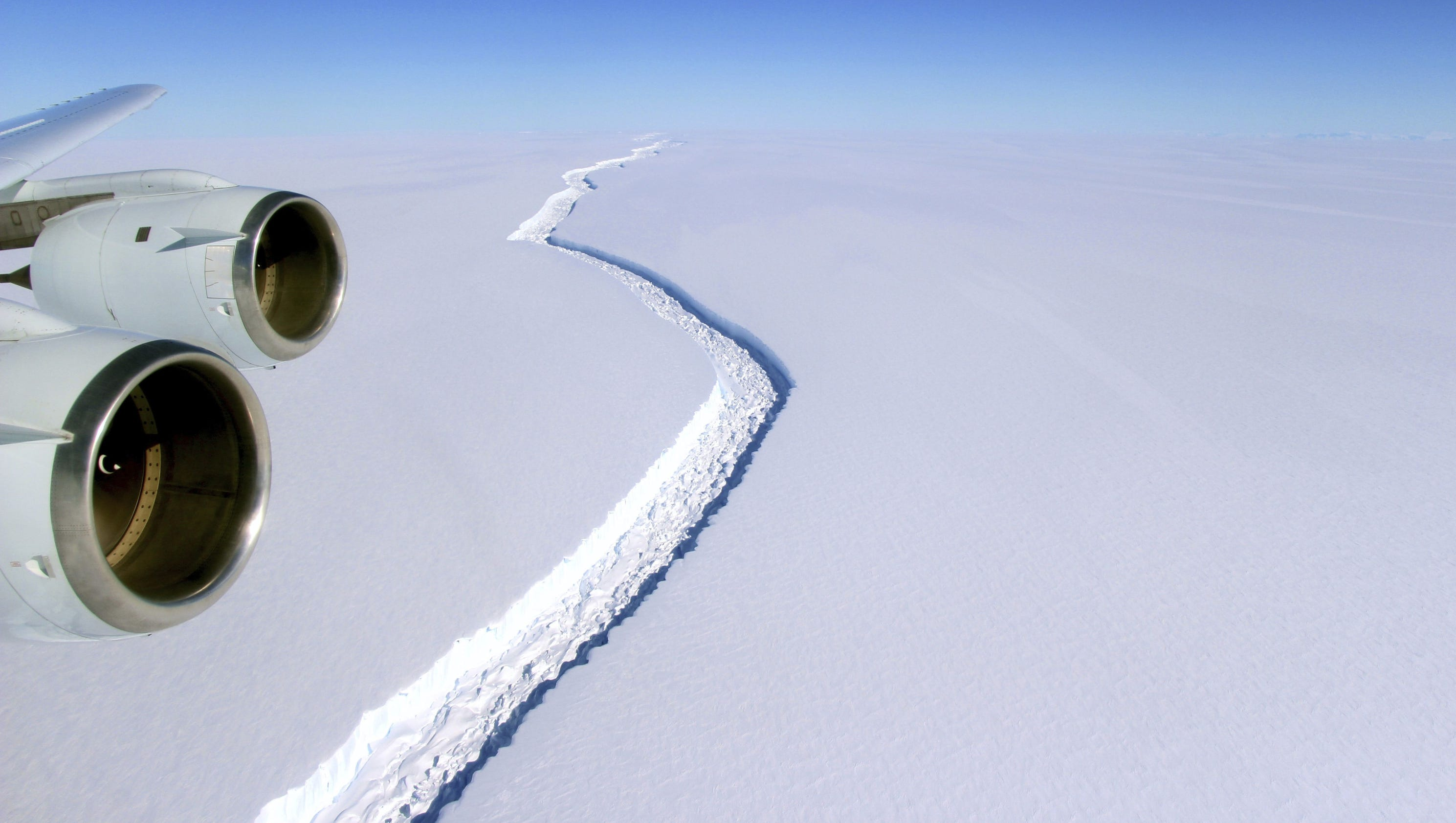 Huge crack in Antarctic ice shelf grows by 6 more miles