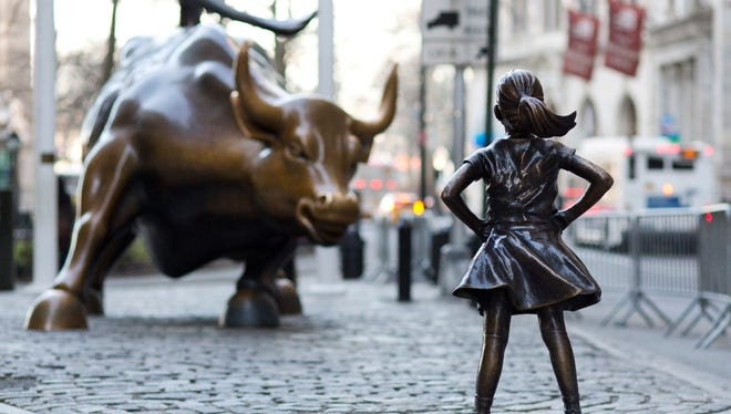 """The """"Charging Bull"""" and """"Fearless Girl"""" statues in lower Manhattan."""