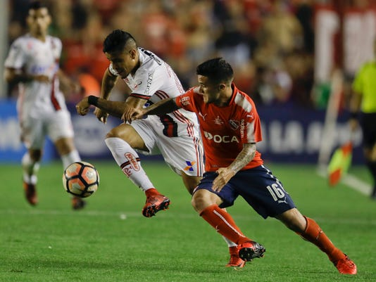 Brazil's Flamengo Everton, left, fights for the ball with Argentina's Independiente Fabricio Bustos during a Copa Sudamericana first leg final soccer match in Buenos Aires, Argentina, Wednesday, Dec. 6, 2017. (AP Photo/Natacha Pisarenko)