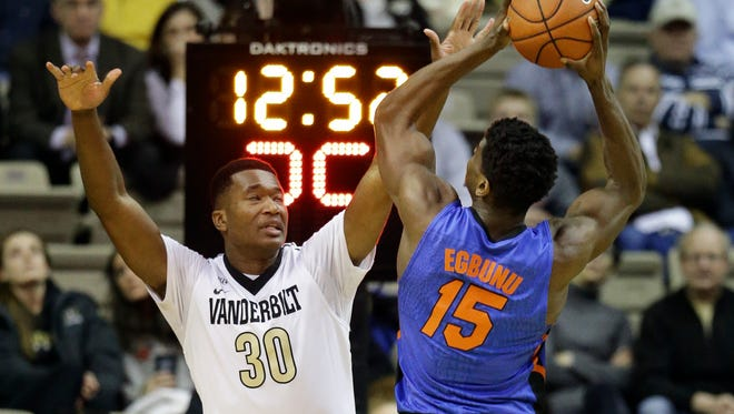 Vanderbilt center Damian Jones (30) defends against Florida center John Egbunu (15) on Jan. 26, 2016.