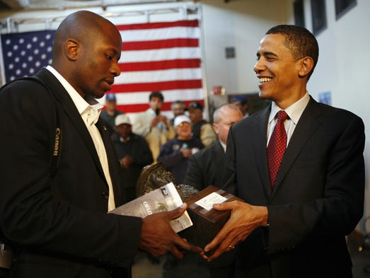 Barack Obama hands over a statue offered by a supporter