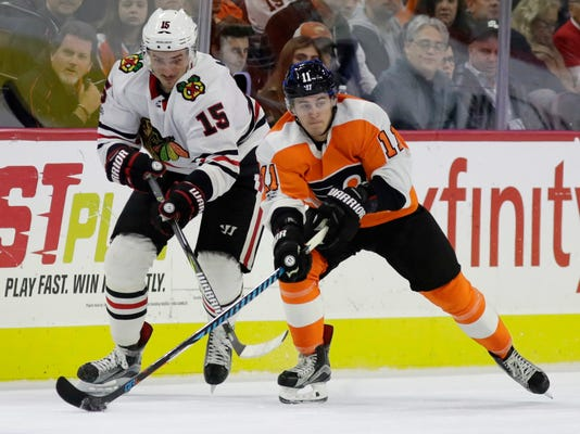 Philadelphia Flyers' Travis Konecny, right, and Chicago Blackhawks' Artem Anisimov vie for the puck during the second period of an NHL hockey game, Thursday, Nov. 9, 2017, in Philadelphia. (AP Photo/Matt Slocum)
