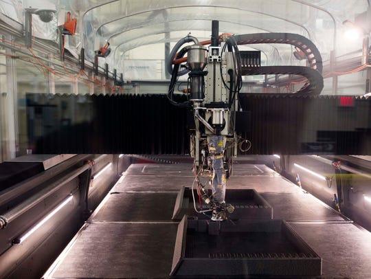 A 3D-printer prints molds out of carbon fiber-reinforced