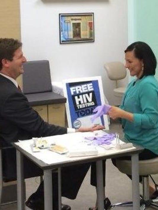 635707733149352481-Mayor-Stanton-NHTD-HIV-testing-2014