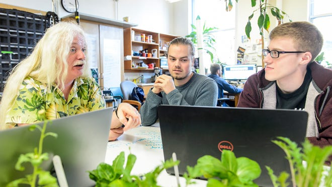 Simon Gilroy, professor of botany at the University of Wisconsin-Madison, meets with his graduate students conducting independent research in Birge Hall on March 2, 2018.  Gilroy is a recipient of a 2018 Distinguished Teaching Award.
