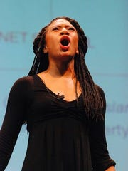 Nia Savoy performing.