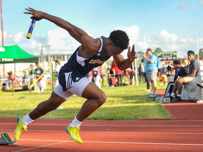 Treylon Barnaba runs the first leg of the 4x200 meter