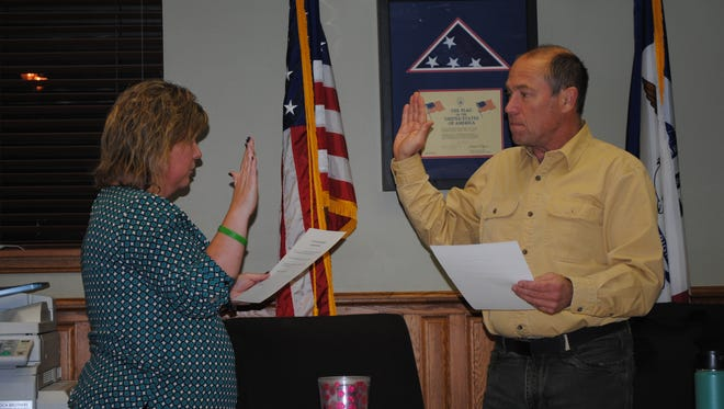 Marty Bunge, right, takes the oath of office to become Williamsburg's new mayor during the city council meeting Monday, Jan. 9.