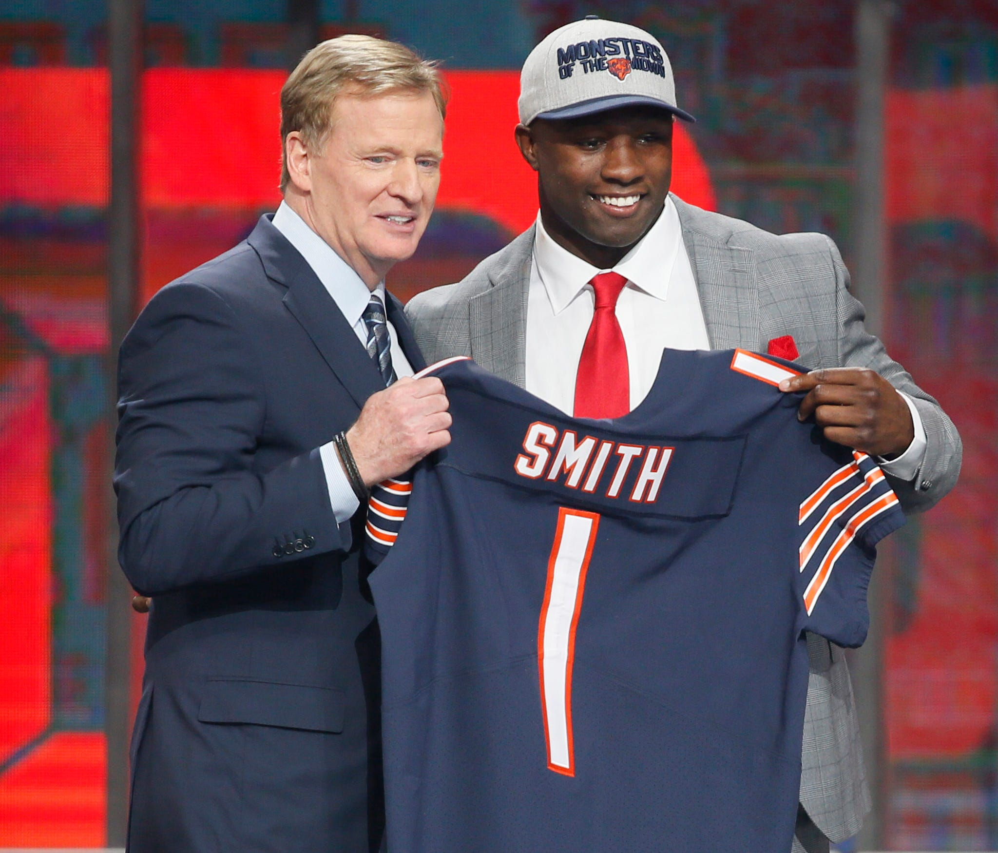 Roquan Smith (Georgia) with NFL commissioner Roger Goodell after being selected as the number eight overall pick to the Chicago Bears in the first round of the 2018 NFL Draft at AT&T Stadium.