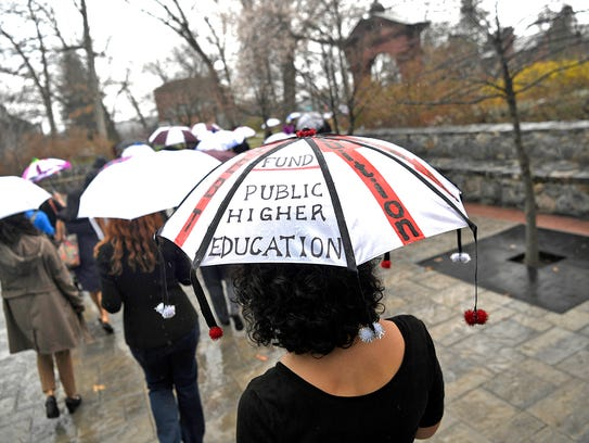 Students and faculty walk out to the Arch at Ramapo