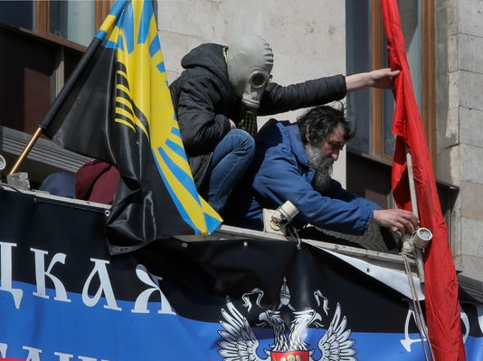 Ukraine separatists free hostages from seized building