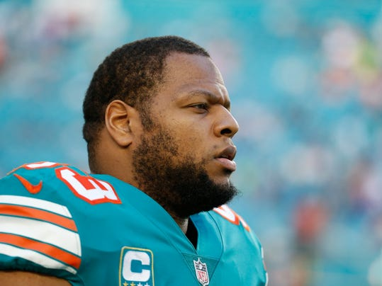 This Dec. 31, 2017 photo shows Miami Dolphins defensive tackle Ndamukong Suh (93) during the first half of an NFL football game against the Buffalo Bills in Miami Gardens, Fla. The Los Angeles Rams agreed to terms with Suh on a one-year contract Monday, March 26, 2018. The star defensive tackle will play alongside All-Pro Aaron Donald on the Rams' defensive line. (AP Photo/Wilfredo Lee)