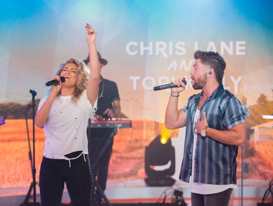 636674547189315548-chris-lane-and-tori-kelly.jpg