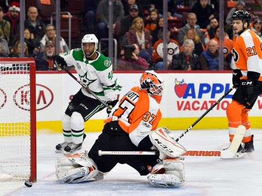 Dallas Stars' Gemel Smith scores a goal against the Flyers on Dec. 16, 2017.