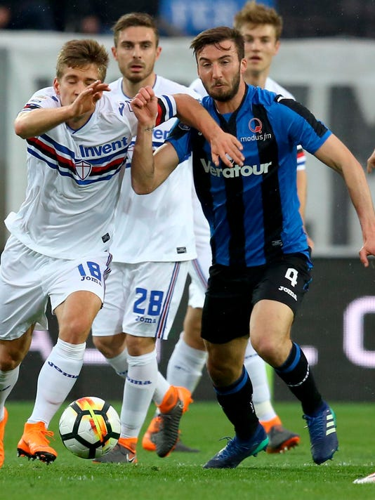 Atalanta's Bryan Cristante, right, and Sampdoria's Dennis Praet fight for the ball during a Serie A soccer match between Atalanta and Sampdoria, at the Atleti Azzurri d'Italia stadium in Bergamo, northern Italy, Tuesday, April 3, 2018.  (Paolo Magni/ANSA via AP)