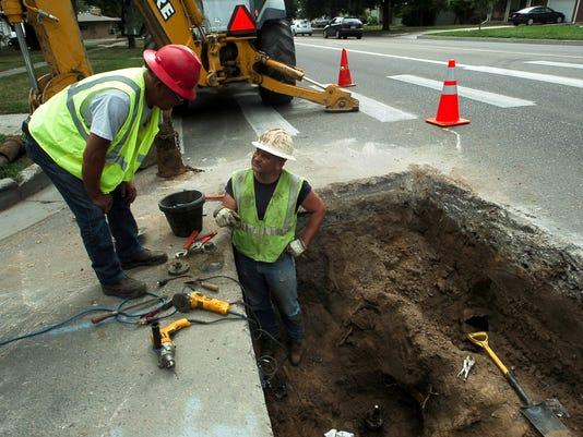 -072510 utility workers 2 lcl VRH.jpg_20100721.jpg
