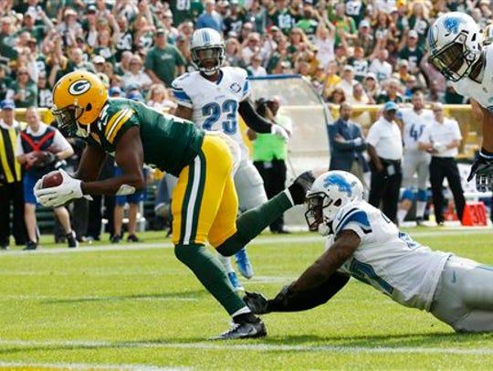 Green Bay Packers' Davante Adams catches a touchdown