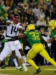 Oregon linebacker La'Mar Winston Jr. (32) rushes Arizona quarterback Khalil Tate (14).