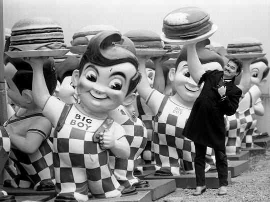 John Prine, who co-founded Oh Boy Records last year, clowns around with some Big Boy pals Jan. 14, 1985.