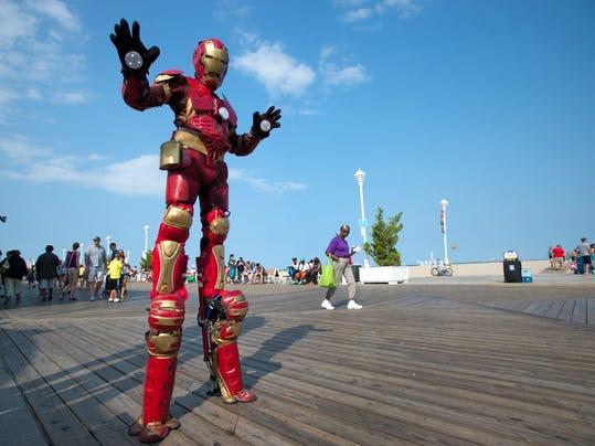 le- boardwalk performers 9978.jpg