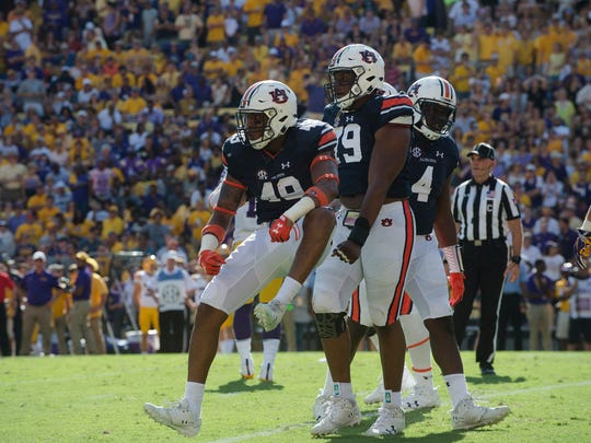 Auburn linebacker Darrell Williams (49) and Auburn