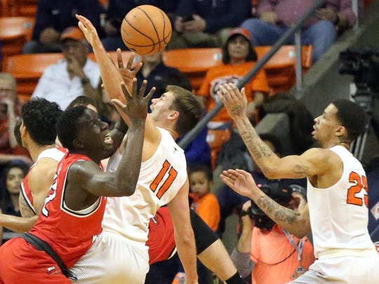 UTEP's Jake Flaggert, 11, and Keith Frazier, right,