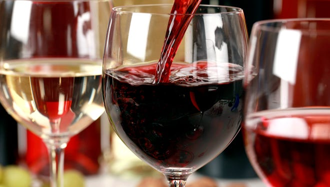 Did you know that the size of your wine glass may influence how many rounds you order? (iStock)