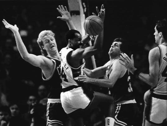 1986 Press Photo Bucks Sidney Moncrief Surrounded by Celtics Larry Bird & McHale