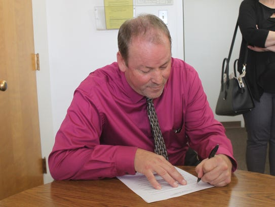 Bill Niemeier finalizes his paperwork to register to