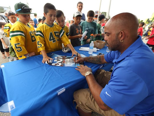 Ray Lucas signs autographs during New York Jets camp