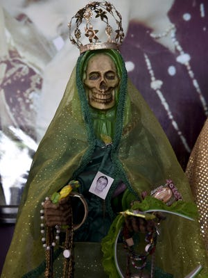 Personas rinden culto a la Santa Muerte.