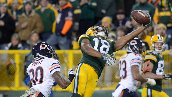 Green Bay Packers receiver Randall Cobb makes a one-handed catch for a touchdown against the Chicago Bears .