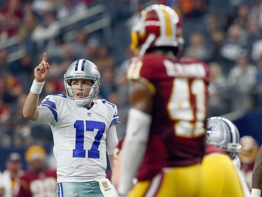 Kellen Moore calls a play against Washington on Jan. 3, 2016.