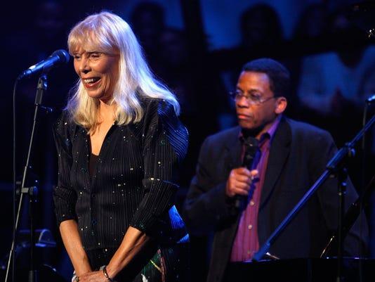 Joni Mitchell (L) and Herbie Hancock