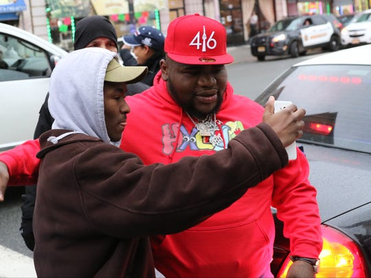Fans take pictures of entertainer, Fat Boy SSE, before