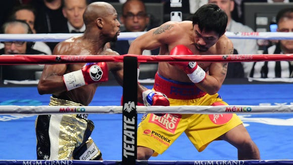 Floyd Mayweather (L) and Manny Pacquiao