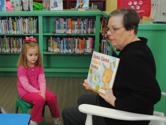 Myrna Hays reads to children at the Wetumpka Public