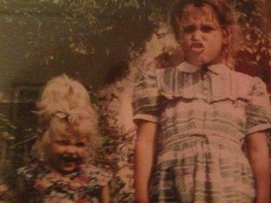 Fifi with sister Peaches as children (c) Instagram